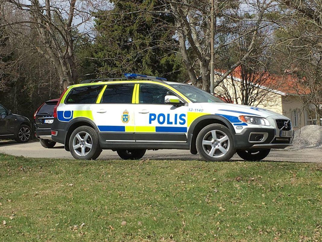 polis - åtalas - skickade inte patrull - vid pågående våldtäkt